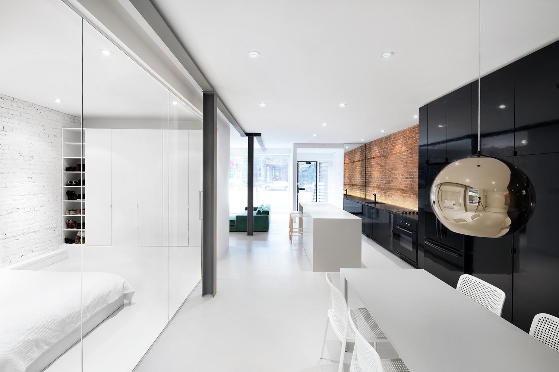 Współczesne mieszkanie – czyli jak przez kontrast wyeksponować ceglane ściany.